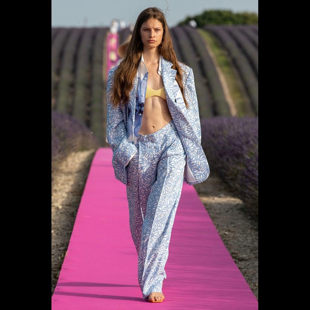 Jacquemus: Γιόρτασε τα 10 χρόνια του στη μόδα με το πιο ινσταγκραμικό fashion show