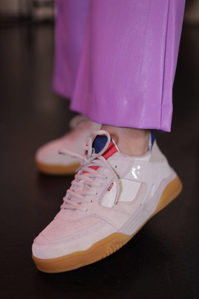 Τα πιο cool sneakers που ταιριάζουν με τα τζιν σου