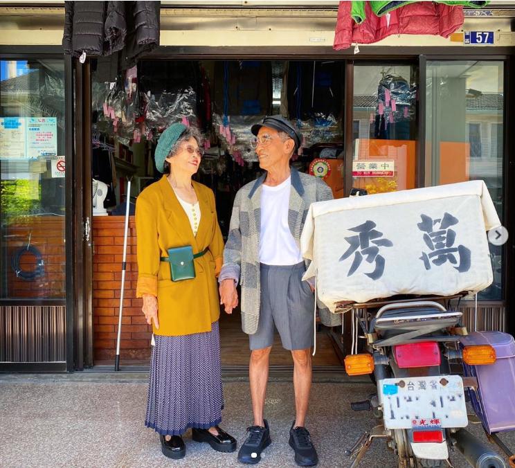 Influencers ετών 84, φωτογραφίζονται με ρούχα που ξεχάστηκαν στο καθαριστήριό τους